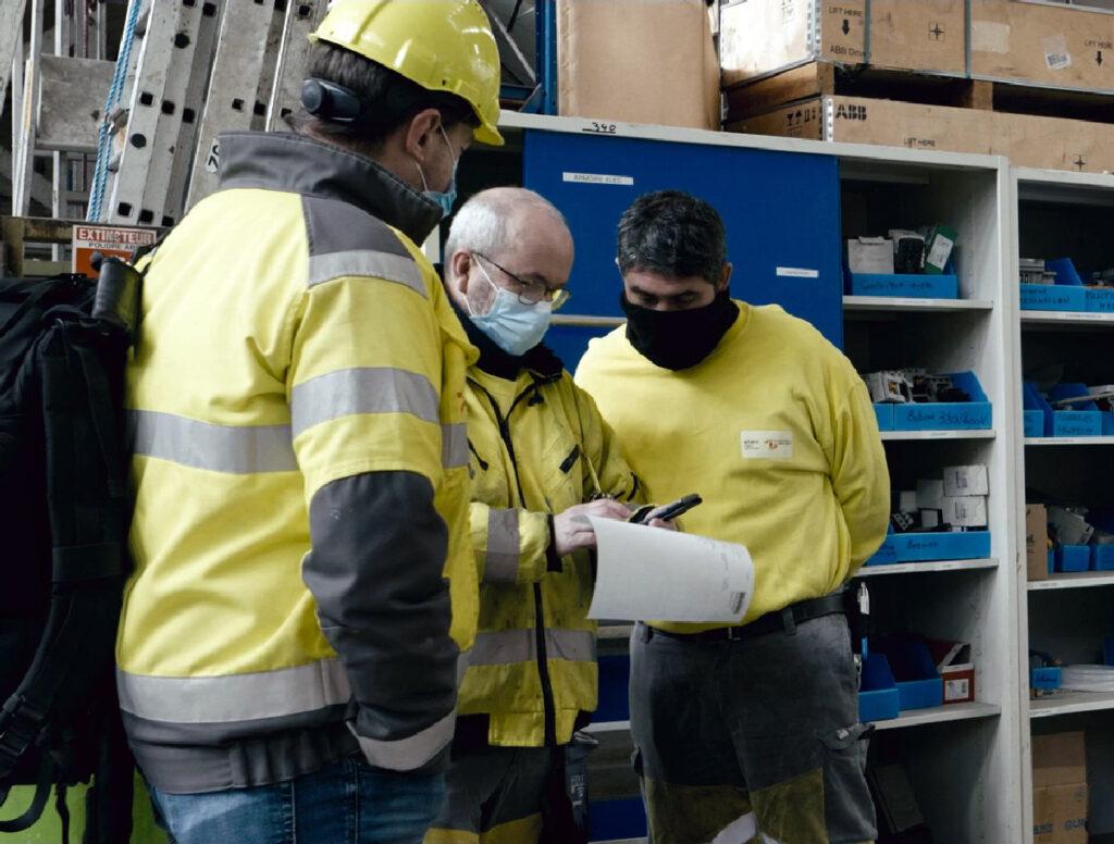 Groupe de 3 salariés qui parlent ensemble.